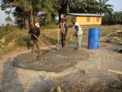 Cement, zand en water mengen