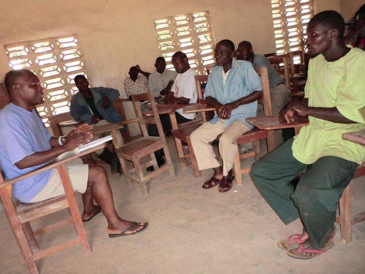 Projectvoorbereiding: Siapha (links) bespreekt met het comité van ouders en onderwijzers wat het hardste nodig is