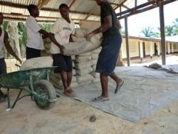 Zakken cement worden naar de bouwplaats gebracht