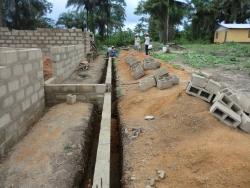 De cementen blokken zijn ter plekke gegoten in mallen