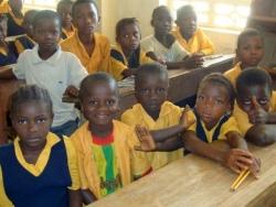 Zes kinderen in één schoolbank!