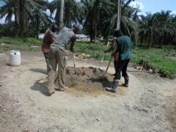 Er is geen cementmolen: Zand, cement en water worden op de grond gemengd