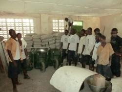 Klaar om te beginnen: cement, gereedschap en de vaklui zijn aangekomen in Kpaiyea